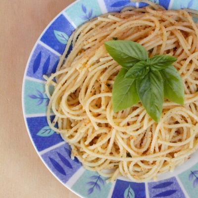 A pasta re puvirieddi (Spaghetti all'aglio, basilico e pangrattato)