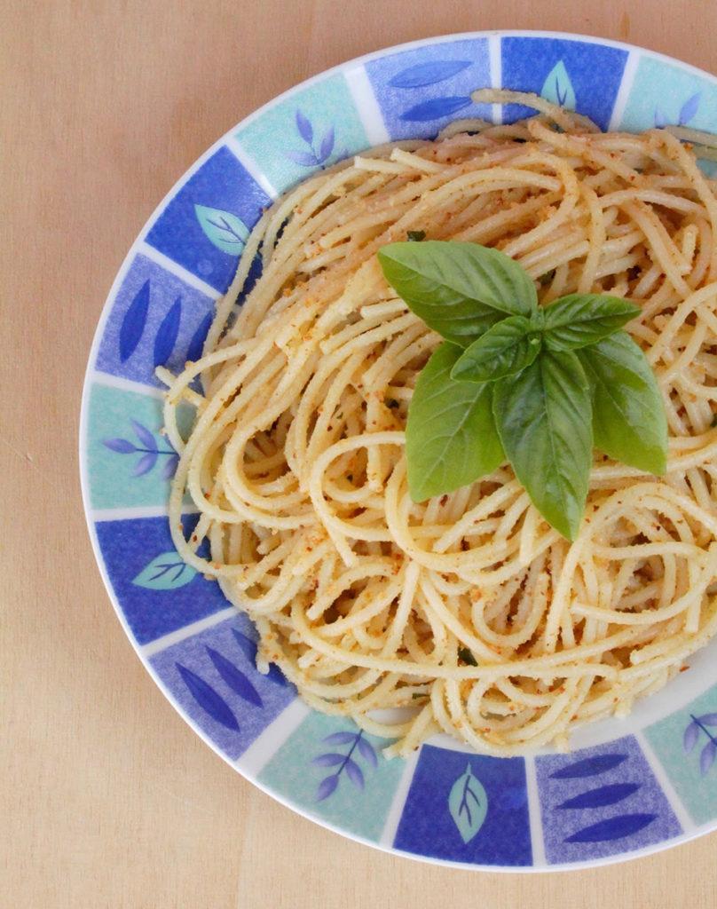 A pasta re puvirieddi spaghetti aglio basilico pangrattato