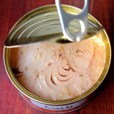 Polpette di tonno con pomodori secchi, olive nere e timo
