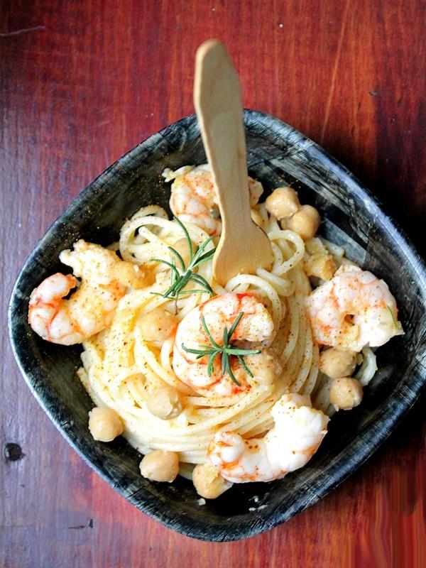 Spaghetti con code di gambero e ceci al profumo di limone