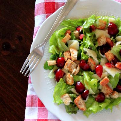 Insalata verde con ciliegie, parmigiano e capperi