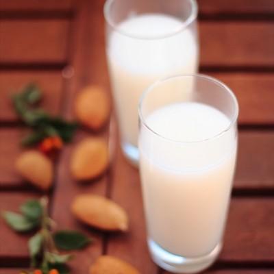 Il latte di mandorla fatto in casa