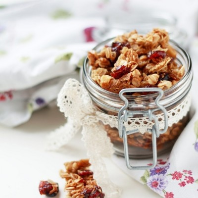 Granola homemade con ciliegie e nocciole