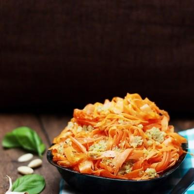 Spaghetti di carote con pesto di mandorle e zenzero