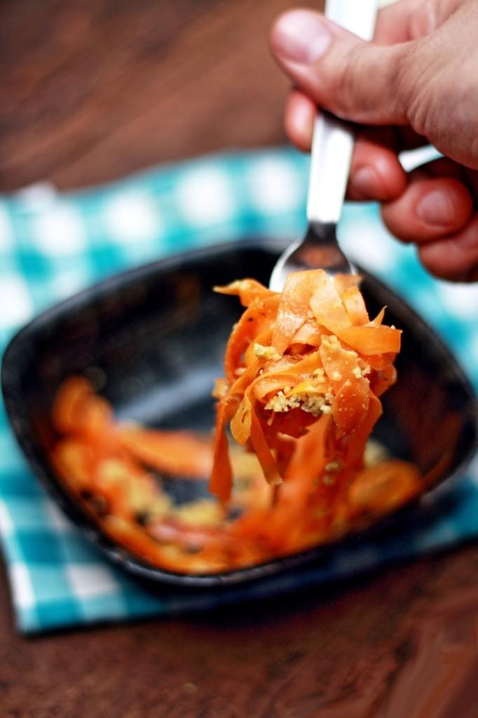 spaghetti carote pesto mandorle forchetta_2