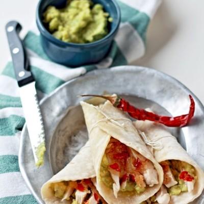 Tacos di pollo, avocado e cipolle caramellate