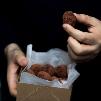 Tartufini raw al cioccolato, mirtilli rossi e cannella