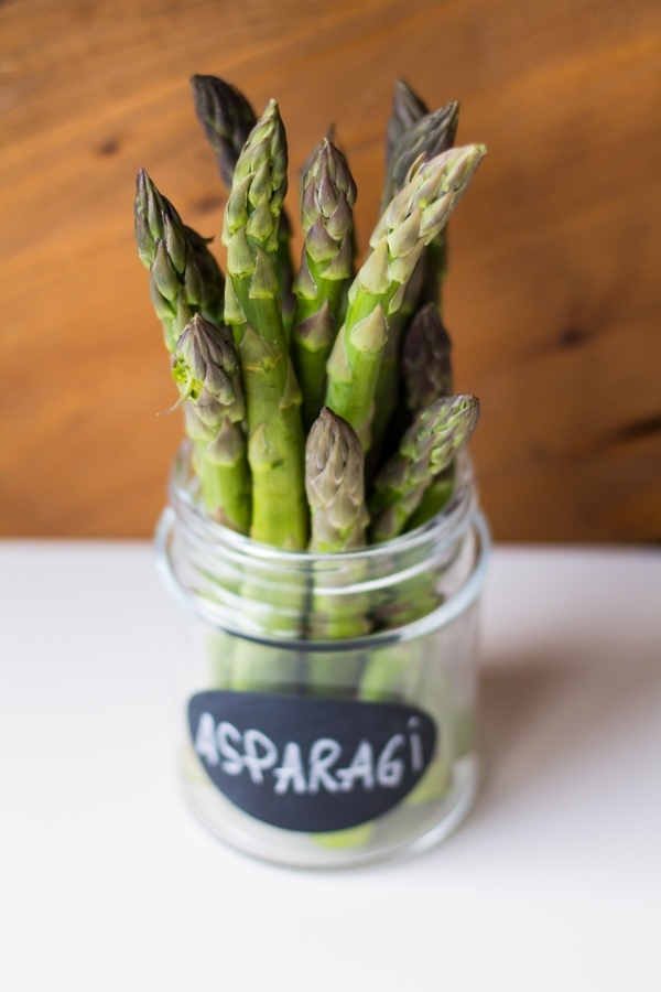 asparagi freschi in un vaso