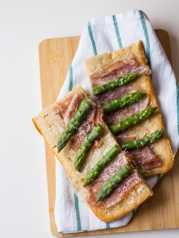 Focaccia di farro con asparagi e prosciutto crudo