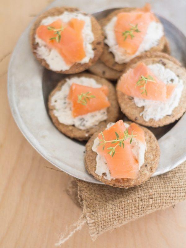 Crackers di segale ai semi con salmone e crema ai capperi