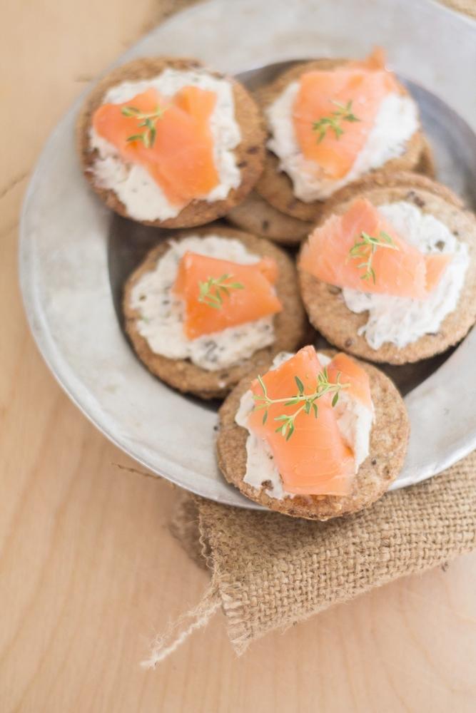 crackers integrali con salmone e crema di capperi