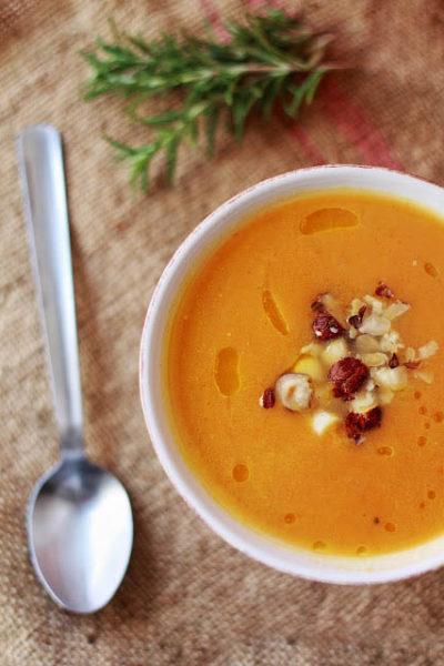 Crema di carote con curcuma e nocciole tostate