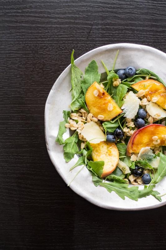 insalata d'estate - pesche, rucola, mirtilli, parmigiano