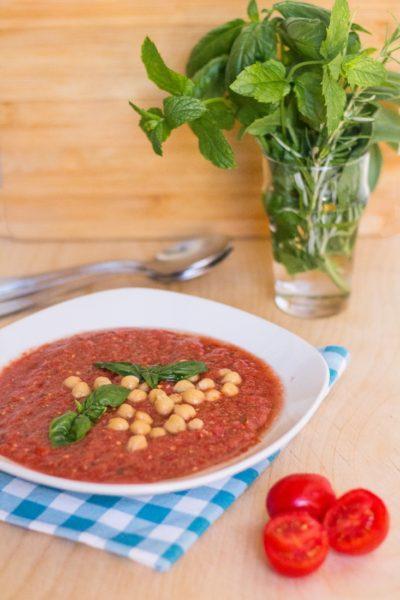 Zuppa speziata fredda di pomodori e ceci