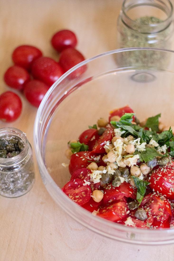 ingredienti della zuppa fredda di pomodori e ceci