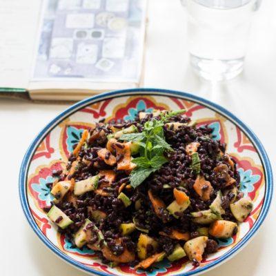 Insalata d'estate con riso Venere e verdure marinate alla menta