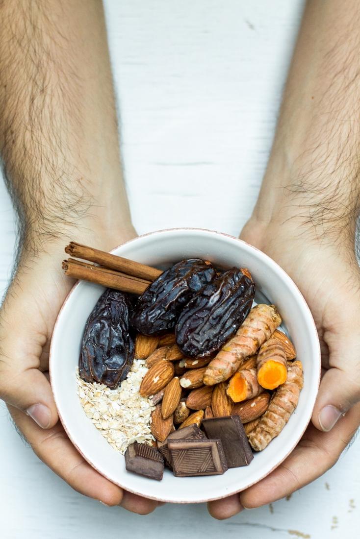 ingredienti per realizzare le energy balls: datteri, mandorle, cacao, avena, cannella, curcuma